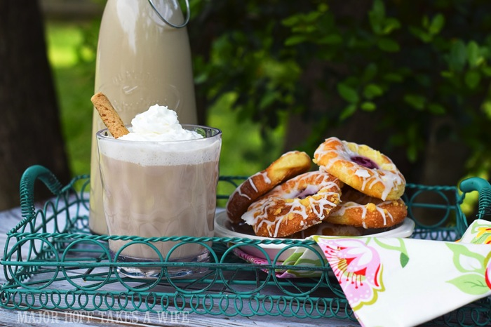 iced vanilla lattes for a picnic lunch