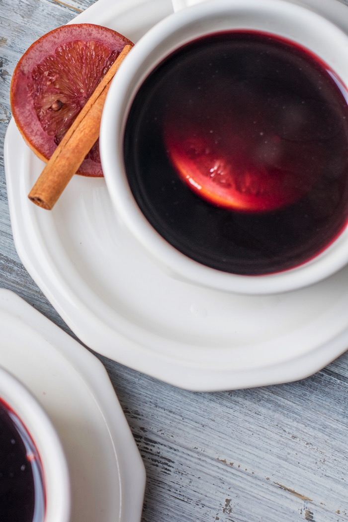 Mulled Wine with oranges and cinnamon sticks
