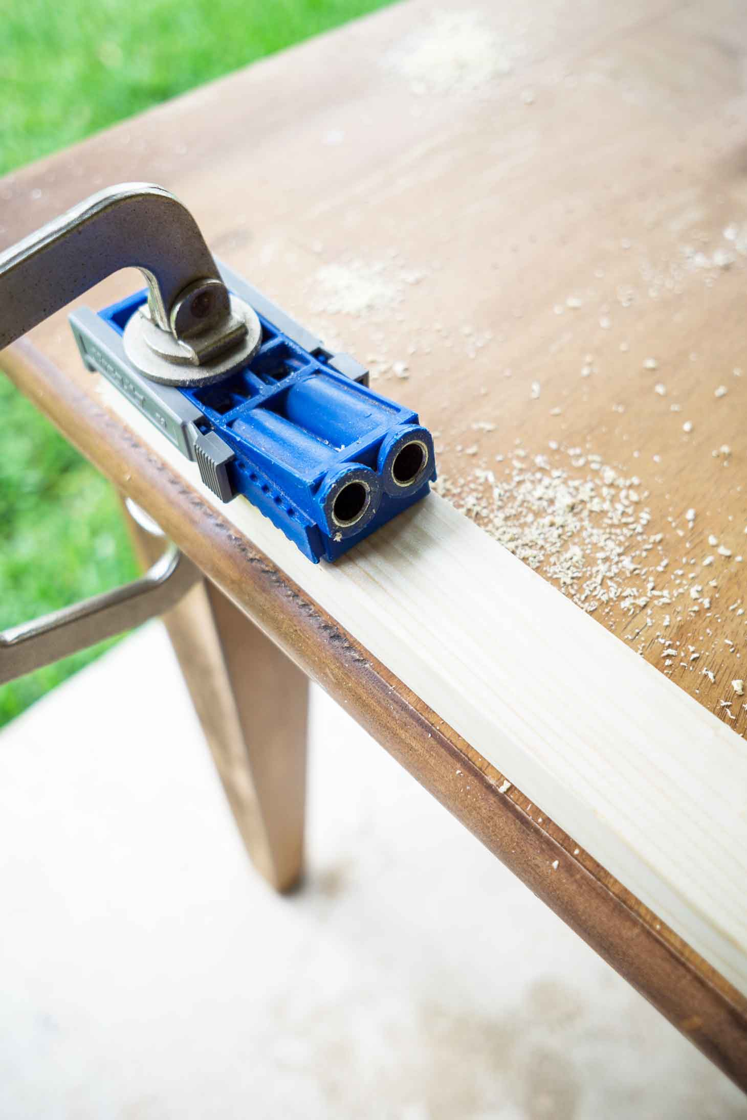 use a Kreg jig to attach the wood for the frame of a DIY canvas
